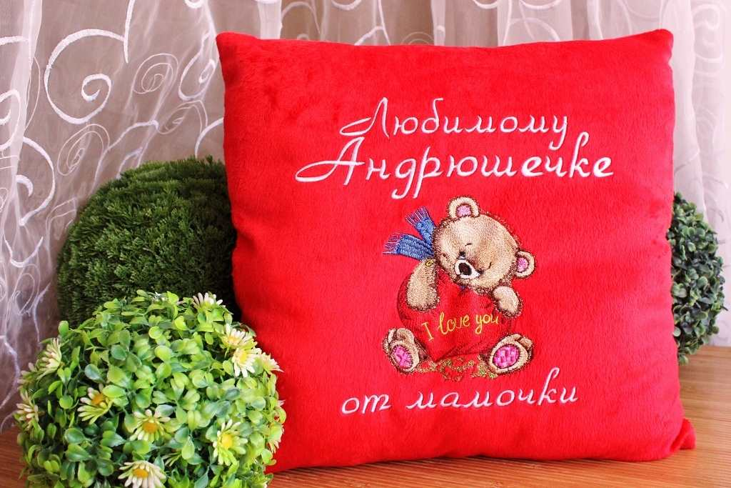 Cushion with loving bear embroidery design