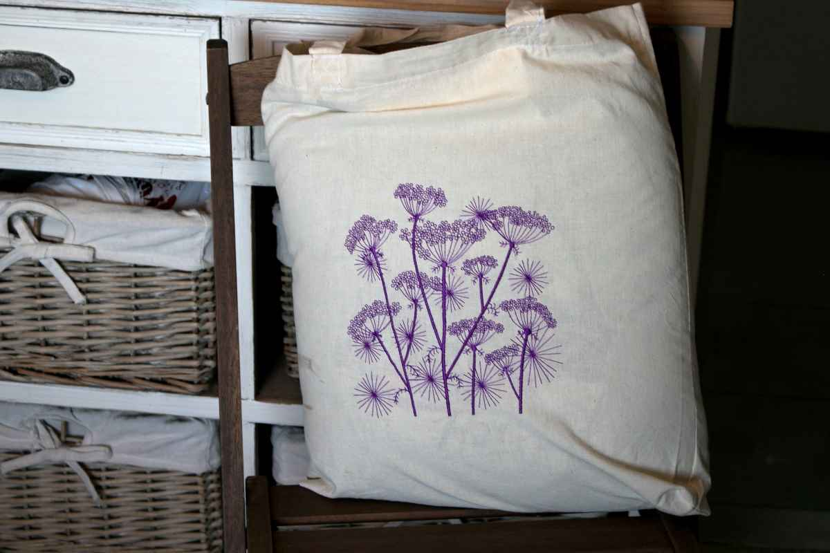 Embroidered cotton bag with flowers