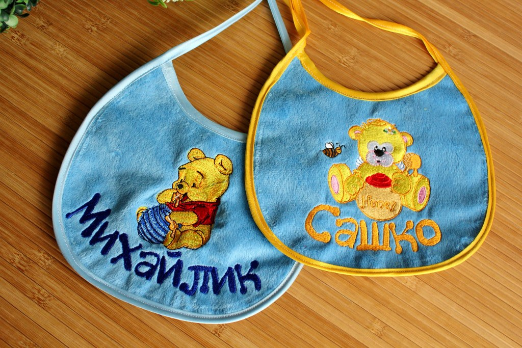Embroidered baby bibs with teddy bears designs