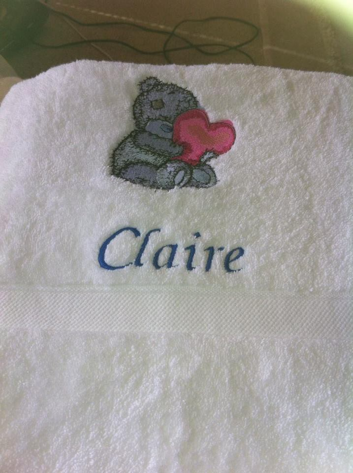 Bath towel embroidered with teddy beart with heart