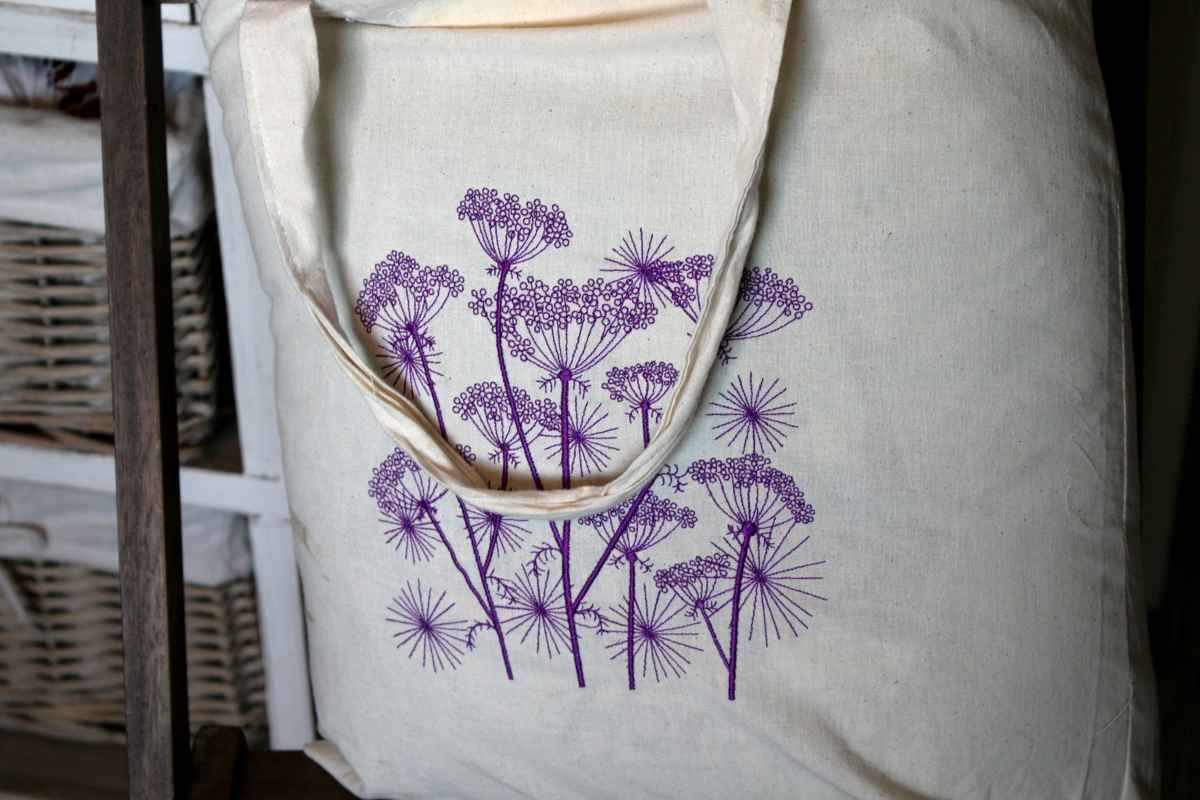 Shopping bag with cow parsnip design