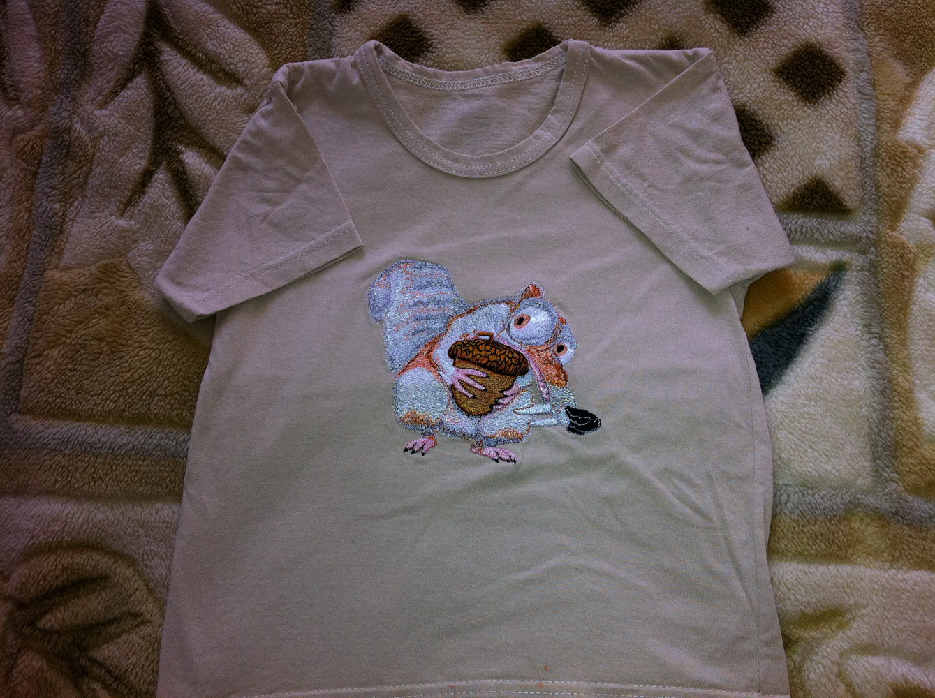 Beige embroidered t-shirt with Scrat