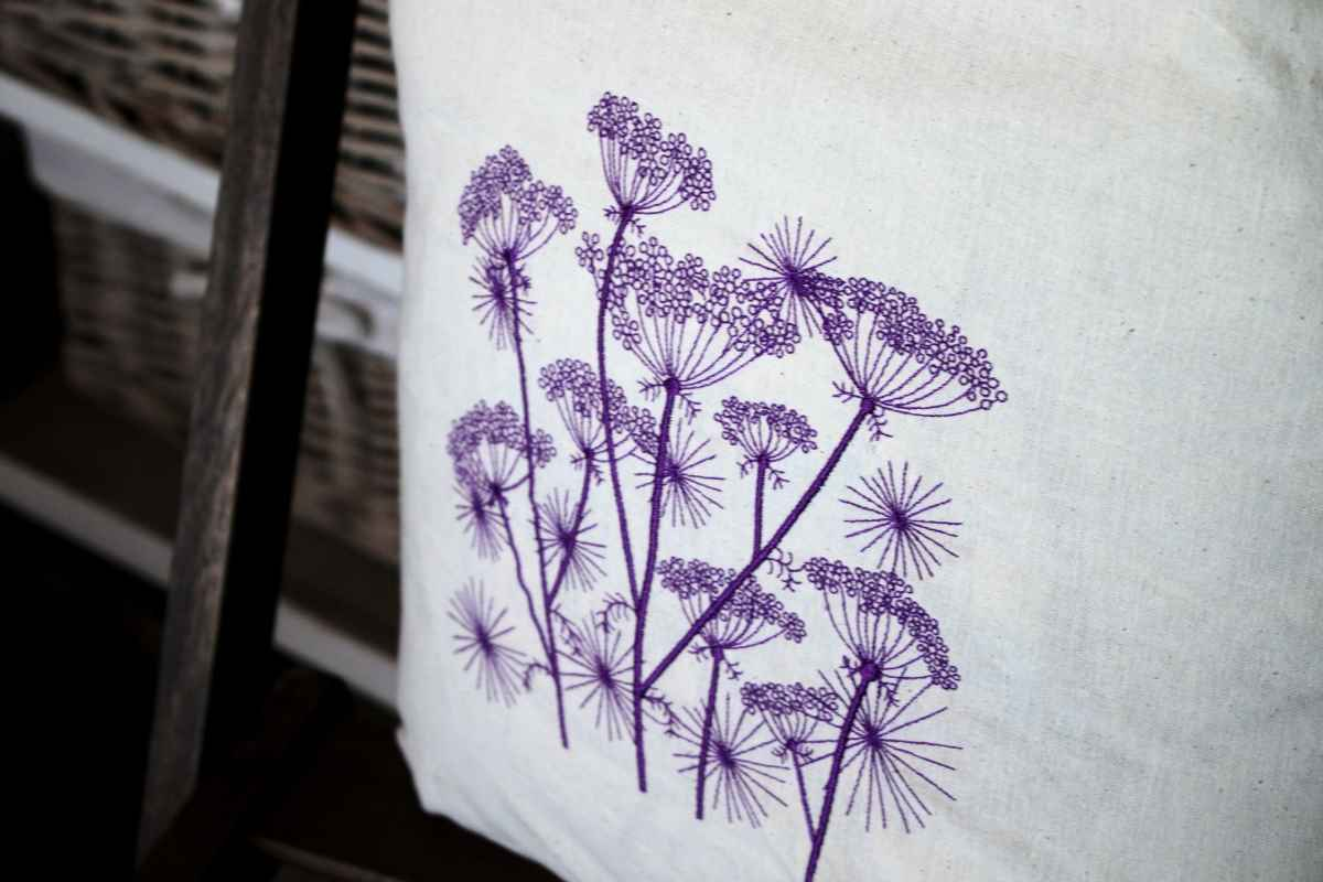 Cotton shopping bag with cow parsnip embroidered