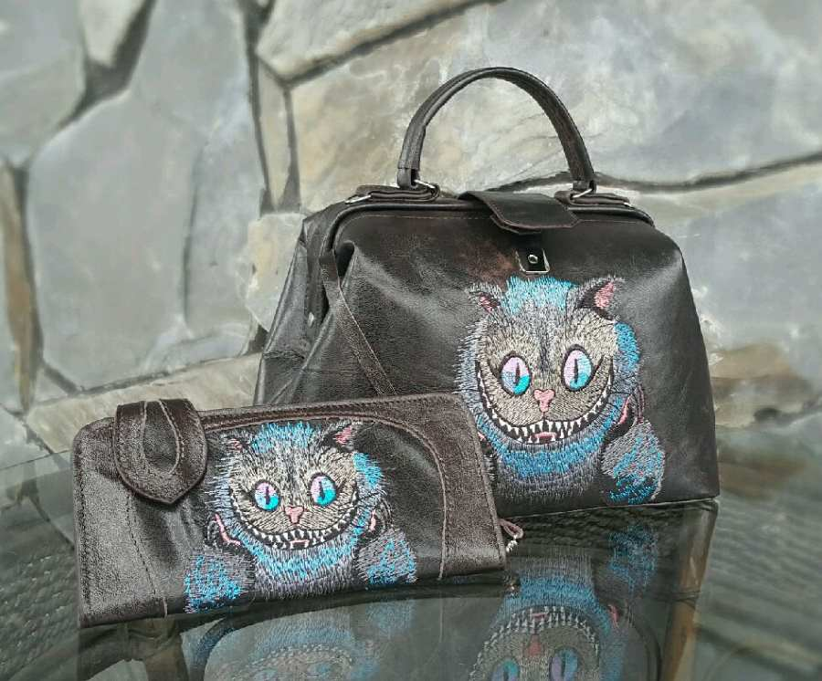 Set with embroidered women bags