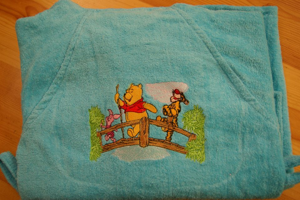 Bathrobe embroidered with Winnie and his friends on the bridge design