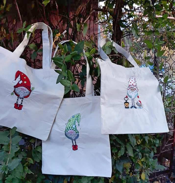 Embroidered shopping bags with dwarves designs