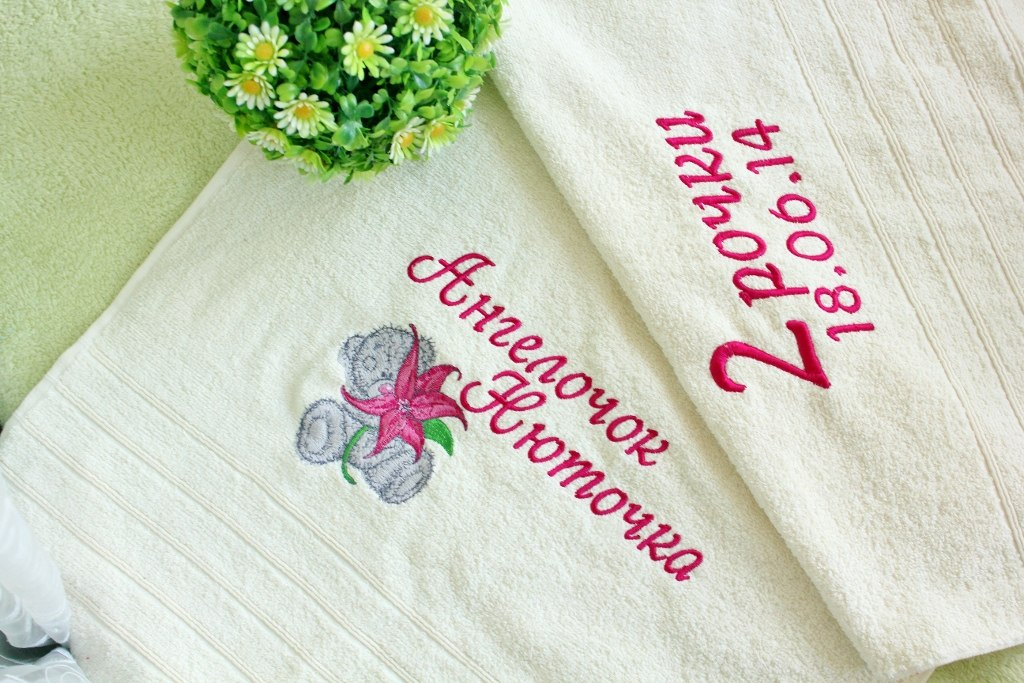 Embroidered bath towel with tatty teddy