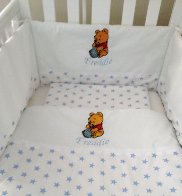 Blanket and bed bumped embroidered with Pooh eating honey design
