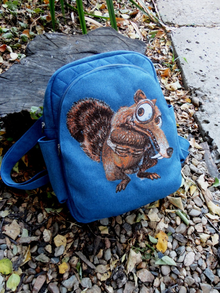 Blue embroidered bag with Scrat