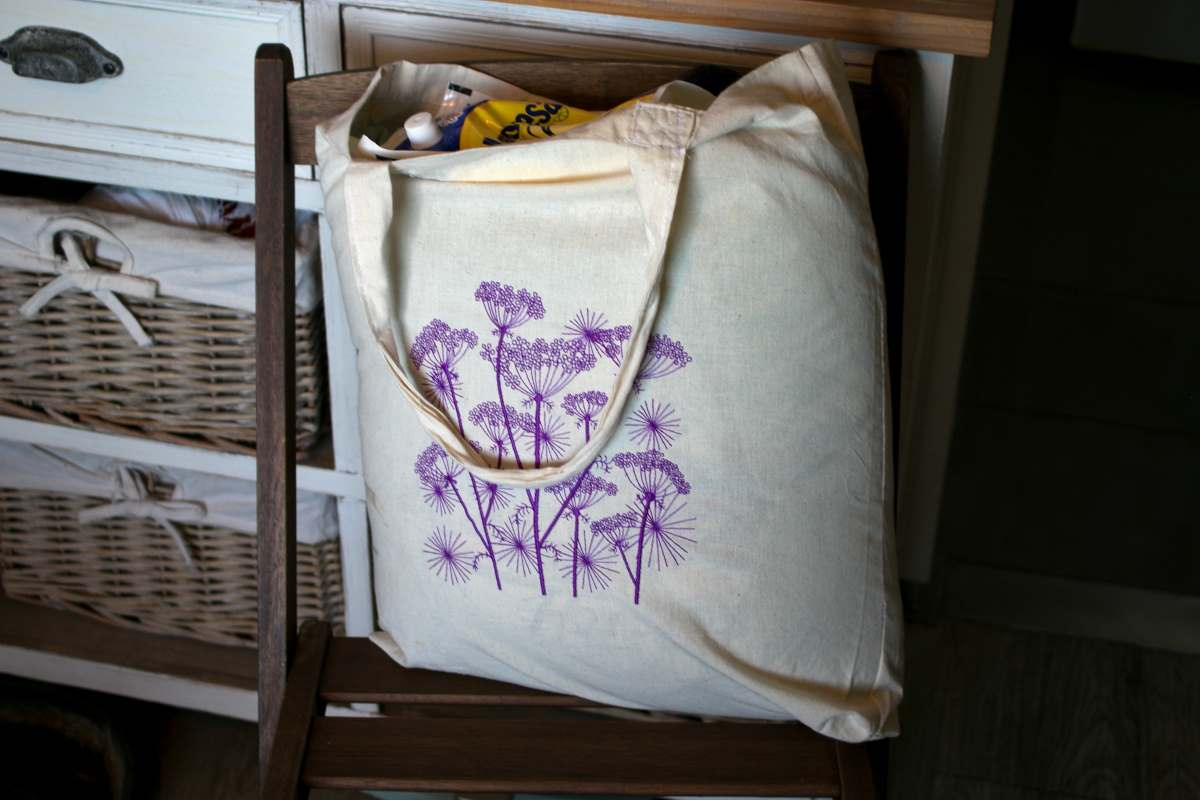 Embroidered shopping bag with flowers